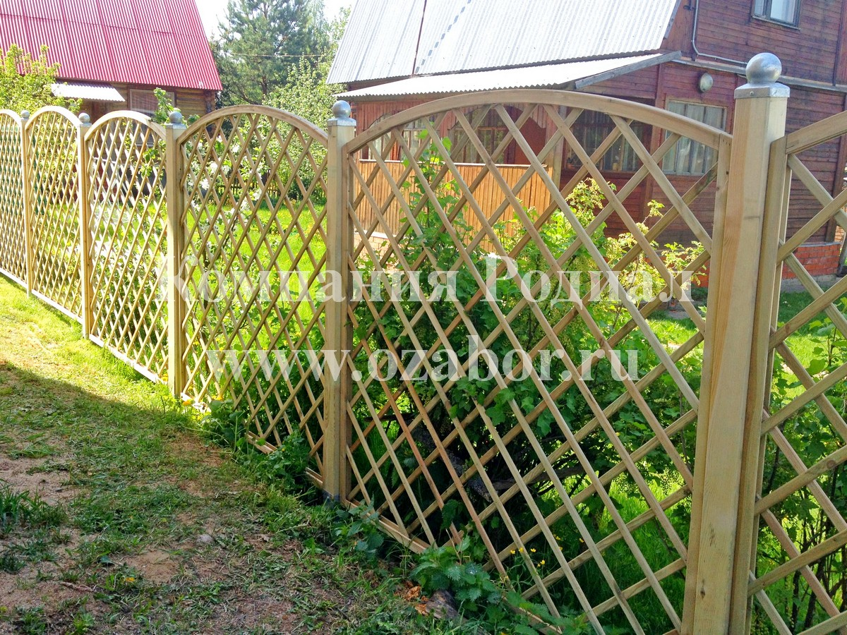 Забор из деревянной решетки своими руками